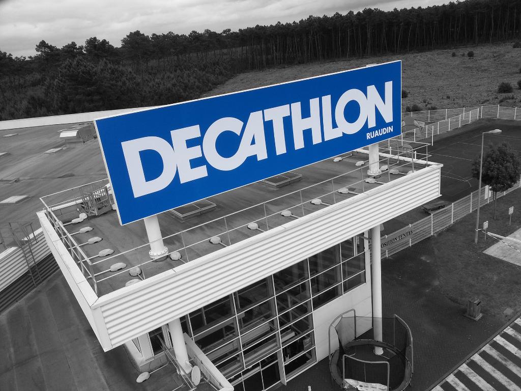 Décathlon Ruaudin - Caisson lumineux 12x3m à 30m de hauteur - Dpt 72