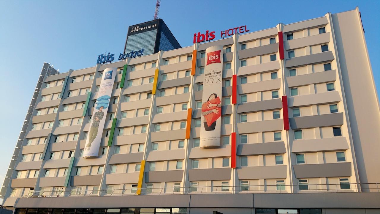 caissons lumineux sur façade hôtel Ibis